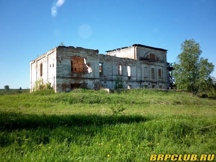 Проезжая по глубинке сфотографировали заброшенное здание.jpg