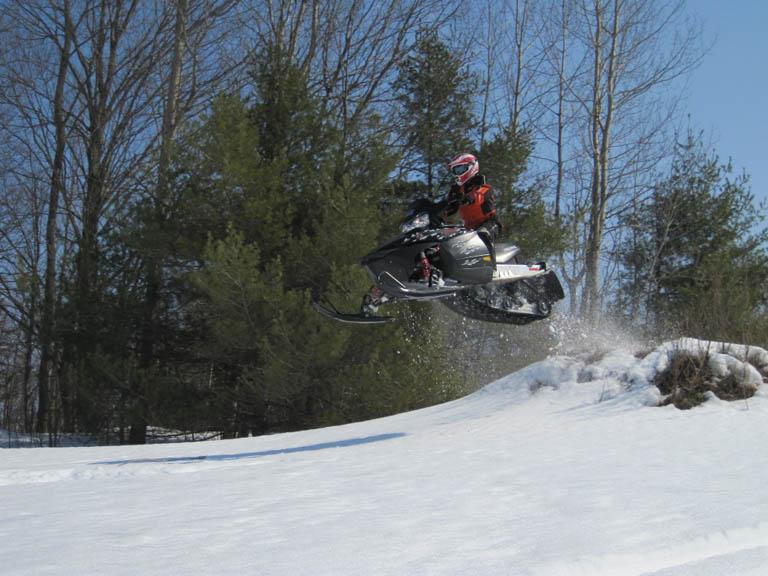 прыжок на снегоходе.jpg